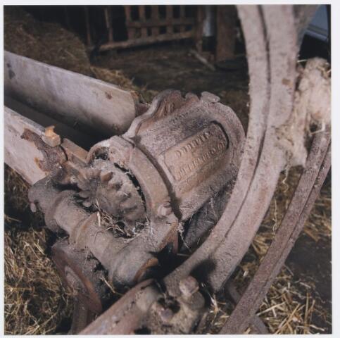 055603 - Hilvarenbeek, landbouw. Interieur schuur boerderij Doelenstraat 72 Hilvarenbeek, afgebroken in 1999. Op de foto een detail van een strohakker, het apparaat werd vervaardigd in metaalwarenfabriek Bressers te Tilburg ± 1900.