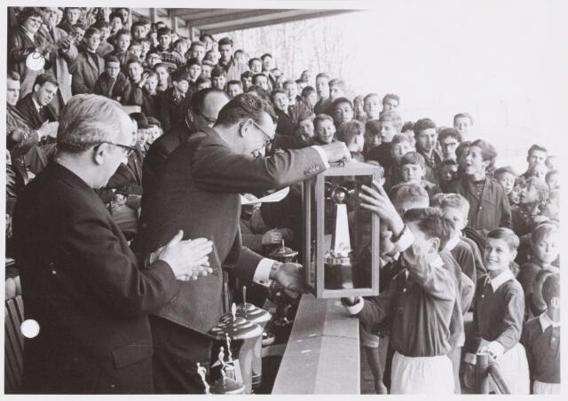 054280 - Sport. Voetbal. Schoolvoetbal. Prijsuitreiking na de finale van het schollvoetbaltoernooi 1964. Nadere gegevens niet bekend.