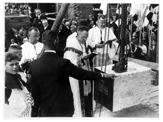 054531 - Eerste steenlegging van de Maria Boodschapkerk aan de Tilburgseweg. In het midden bouwpastoor Pessers.