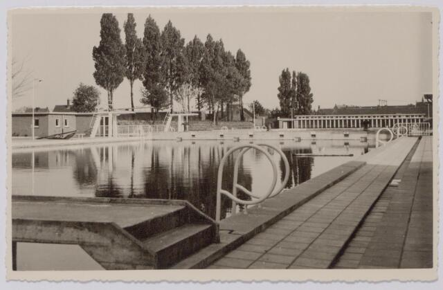 044014 - Het gemeentelijk zwembad aan de Ringbaan-Oost tijdens de interlandzwemwedstrijden Nederland-Frankrijk.