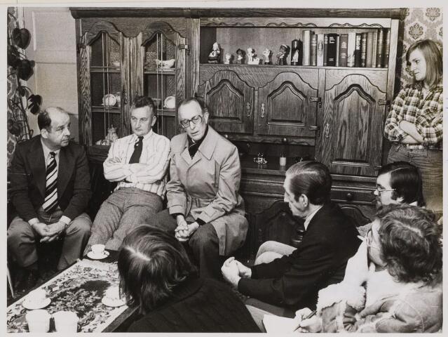 084947 - Overleg met bewoners over woningverbetering. Derde van links mr. Bruinsma, kantonrechter 05-01-1978