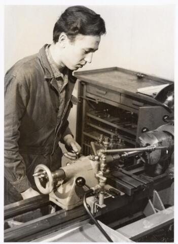 039385 - Volt, Noord.hal N.D. Technische Afdeling, Gereedschapmakerij. Fijndraaien in de Gereedschapmakerij omstreeks 1968. Op de foto Wil Beekmans.
