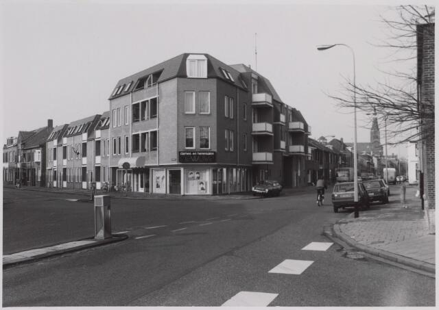026605 - Kruispunt Molenstraat (links), Hoefstraat (rechts) en Rosmolenplein (voorgrond). Op de achtergrond rechts de kerk van de parochie Hoefstraat