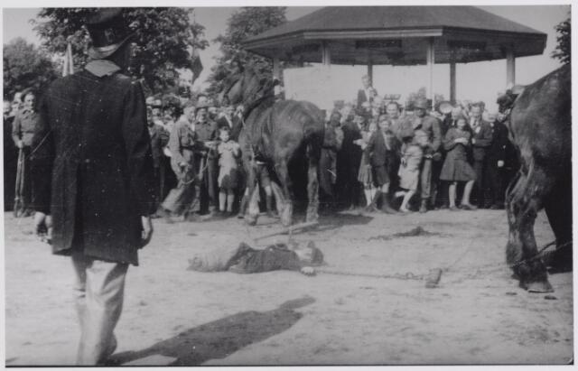 045716 - WOII; WO2; Bevrijdingsfeest. Symbolische vierdeling van Hitler door leden van de Boerenbond voor de muziekkiosk aan het Oranjeplein.