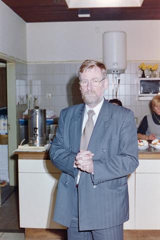 1237_001_018_011 - Een toespraak tijdens een feestelijke bijeenkomst bij de Diensten Centrale aan de Havendijk in december 1998. Een van de medewerkers, Toon van Bueren, gaat met de VUT.