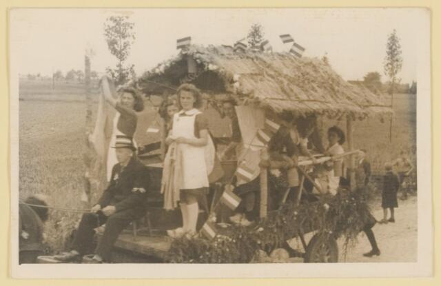 080823 - WOII; WO2; Bevrijding Udenhout 1945. De optocht. Wij wassen voor de Tommy's. (Biezenmortel/ Gommelen).