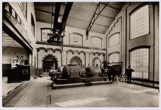 104157 - Energievoorziening. Gas- en Electriciteitsbedrijf (GEB). De bouwwerken voor de electriciteitsfabriek naast de gasfabriek zijn in volle gang en daarmee ontstaat het GEB , het gas- en electriciteitsbedrijf. Op 24 juni 1911 kan de levering van electriciteit plaatsvinden. In september 1954 wordt de electriciteitsproductie overgedragen  aan de PNEM; na 1958 is de centrale in Tilburg ontmanteld en gesloopt; Bij de komst van het aardgas verdwijnt ook het gasbedrijf.  De machinekamer in het gasfabriek;men begon klein
