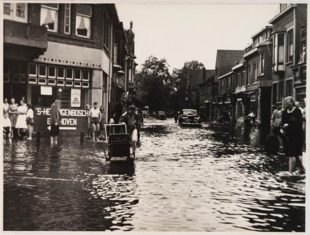 028767 - Hoek Koopvaardijstraat/Piusstraat. Wateroverlast. Het pand op de hoek kruidenierszaak Franken.