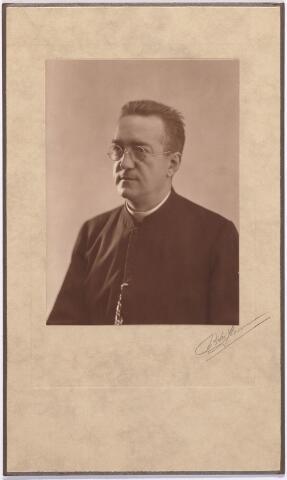 011977 - Pastoor H. van Dun parochie 't Heike.