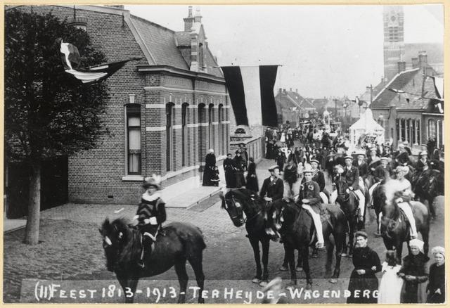 89104 - Onafhankelijkheidsfeest 1813-1913; kopie van een foto 1913 Terheijden - Wagenberg. De optocht ging op maandag 10 november 1913 door Wagenberg naar Terheijden. Dit is het begin van stoet in de Dorpsstraat in Wagenberg. Vooraan reed een heraut gevolgd door de gardes d'honeur. Daarachter kwamen bijna alle verenigingen, voor het merendeel gestoken in historische kledij.