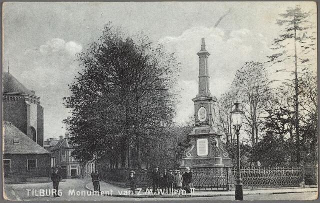 011034 - Gedenknaald voor koning Willem II op de hoek Monumentstraat-Paleisstraat. Links de Heikese kerk aan de Markt.