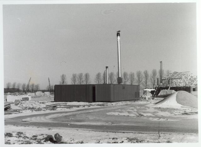 015516 - Tijdelijk ketelhuis voor wijkverwarming in de Reeshof. Het stond opgesteld aan de Blaricumsingel.