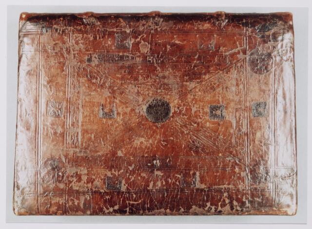 """043792 - Omslag van het """"liber aureus Epternacensis"""", het gouden Evangelieboek van de abdij van Echternach. Dit boek bevat de oudste vermelding van Tilburg namelijk in een akte van 21 mei 709."""
