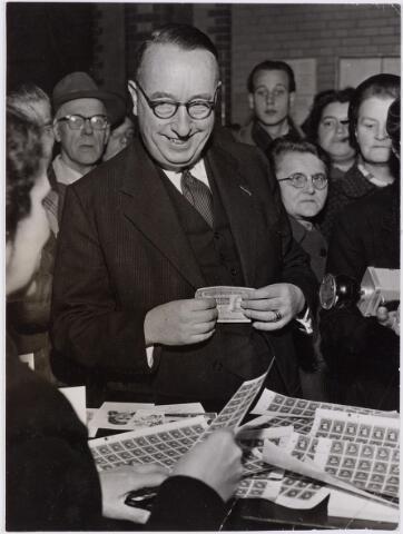 041587 - P.T.T., Postkantoor Tilburg, Telegraaf, postzegels, postbrieven. Burgemeester baron van Voorst tot Voorst (1892-1972)  koopt de eerste kinderzegels.