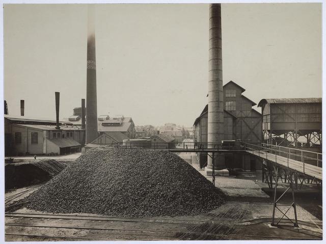 025168 - Cokesterrein van de gemeentelijke gasfabriek aan de Lange Nieuwstraat in 1926