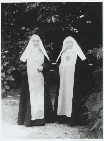 056150 - Twee dochters van de Goirlese schoolmeester Peter Hamers en Petronella van Erven, beiden lid van de redemptoristinnen. Links Maria Anna Alphonsa Hamers geboren te Goirle op 18 juli 1893, rechts Anna Maria Alphonsa Hamers, geboren te Goirle op 9 februari 1891.