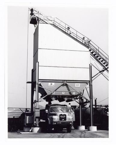039731 - Wegenbouwbedrijf Zanen (H.W.Z.)  aan de Centaurusweg nr. 7 (1976) Foto: een zandlaadmachine.