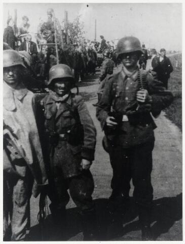89680 - WOII; WO2; Tweede Wereldoorlog.Bevrijdingsfeest Horenhilschedijk. Kinderen waren uitgedost met Duitse uniformen. Achter de meest rechtse figuur is nog net een veldwachter op de fiets te zien.