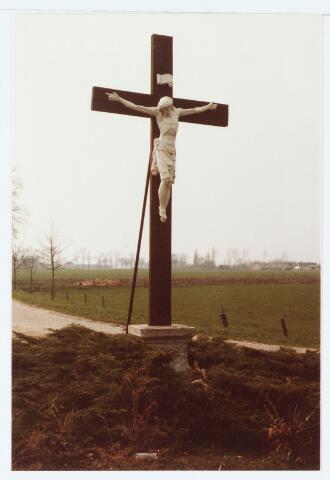 063053 - Kruisbeeld aan de Udenhoutseweg, hoek Heuvelstraat