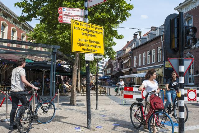 17280522 - Covid-19. Corona. Ziekten. Epidemieën. Pandemie. Horeca.  Vanaf 1 juni mag de horeca weer open. Binnen moet gereserveerd worden, maar buiten mag men gewoon plaatsnemen met 1,5 meter afstand. De Korte Heuvel wordt afgesloten voor fietsers om meer ruimte te hebben voor de terrassen.