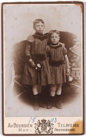 005501 - Margot Reyniers 9 jaar en Anna Reyniers 6 jaar.