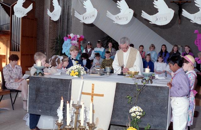 655305 - Kerk. Katholiek. Religie. Eerste Heilige Communie viering in de Tilburgse Lourdeskerk op 21 april 1991.