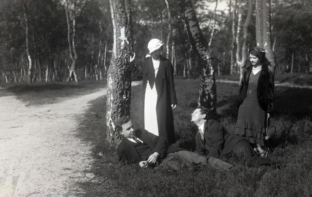 654821 - Privéarchief Schmidlin. Met vrienden in het bos. Staand links Betsy Sellen, rechts liggend Louis Schmidlin