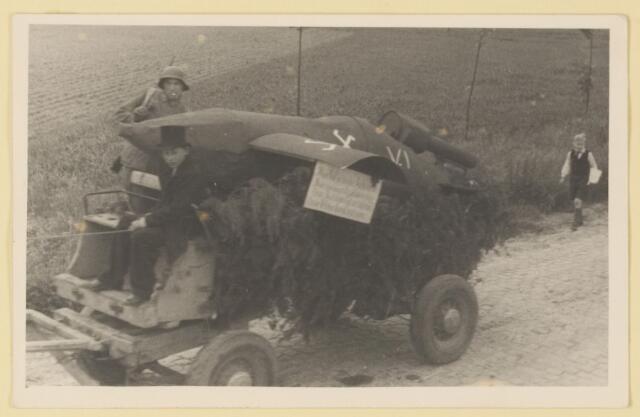 080861 - WOII; WO2; Bevrijding Udenhout 1945. De optocht. Vliegtuig of kleine tank (Van der Loo/ Denissen).
