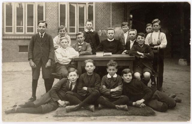 051149 - Basisonderwijs.  Klassenfoto  r.k. lagere school. St. Antonius. Leerlingen van de 7e klas van de R.K. lagere jongensschool St. Antonius.