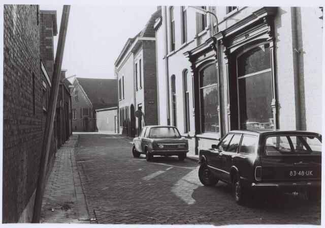025575 - Langestraat gezien vanuit de Tuinstraat, met op de achtergrond wijnhandel Verbunt