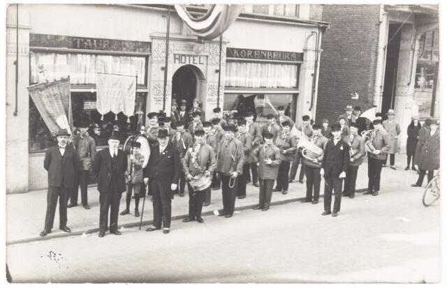 052651 - Muziekleven. Harmonie 'De Blauwe Kielen ' opgericht door Piet Zopfi uit de Heuvelstraat hier linksvooraan met zwarte hogehoed. Hun thuisadres was bij hotel de Korenbeurs. Het orkest speelde met namaak blaasinstrumenten (mirletons)