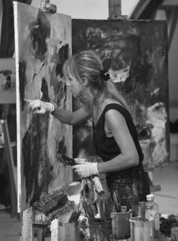 TLB023000952_002 - Charlotte Molenkamp aan het werk in haar atelier.