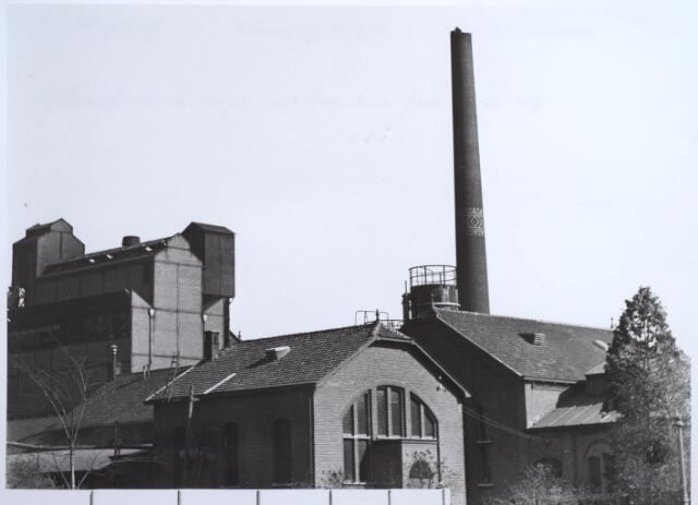 025190 - Een arbeider is op 19 maart 1938 bezig met de afbraak van een 65 meter hoge schoorsteen van de gasfabriek aan de Lange Nieuwstraat