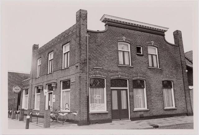 040525 - Horeca. Café 't Molentje, Rosmolenplein 61. Het café is in 2005 afgebroken, op de bouwplaats zijn appartementen gebouwd. De laatste uitbater was Rianne de Kort vd Put.