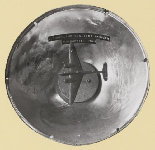 077495 - Tweede wereldoorlog 1940-1945. Een vleugellandingslicht van de hampden, die in 1942 in Moergestel tegen een hoogspanningsleiding aanvloog. De knutselclub bemachtigde het apparaat.