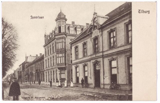 002162 - Spoorlaan. Rechts hotel Suisse vervolgens de Langestraat en het hotel van J.H. Hendriks.