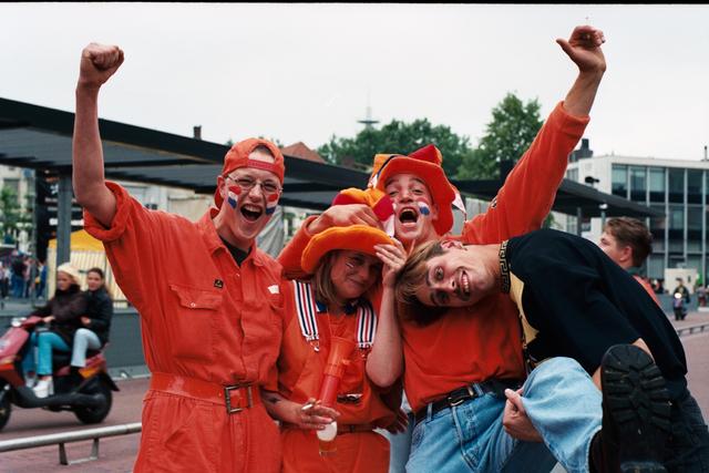 1237_010_769_005 - Rondje Piusplein 1998. Voetbal WK