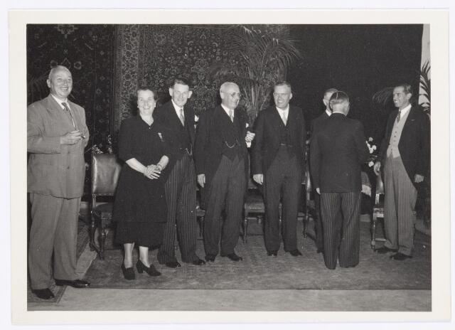 039125 - Volt, Jubileum. Viering 40-jarig Volt jubileum in juli 1949.  V.l.n.r.: N.N., Fien van Geloven, de eerste medewerkster van Volt die even eerder haar 40 jarig jubileum vierde, Kipperman, directeur, Hubert en Brekelmans van de administratie en beiden procuratiehouder, gedeeltelijk zichtbaar Mannaerts (Commissaris van Volt), op de rug gezien N.N. en F.Philips Hoofdcommisaris van Volt. Dit jaar werd de straatnaam gewijzigd van Nieuwe Goirleseweg in Voltstraat.