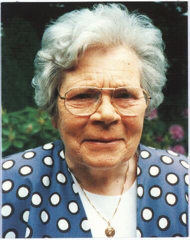 007670 - Bidprentje met portret van Miet van Puijenbroek, geboren te Tilburg op 17 mei 1914 en aldaar overleden op 30 juli 1999. Zij was lid van de Provinciale Staten van Noord-Brabant en van de gemeenteraad van Tilburg. Zij was ook de eerste vrouwelijke wethouder van deze stad met de portefeuilles sociale zaken en cultuur.