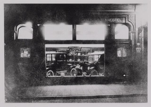 040382 - Motorvoertuigen. Etalage van de garage van Th.A.M: Knegtel, handelaar in auto's. Forddealer.