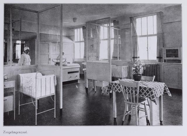 041713 - Elisabethziekenhuis. Gezondheidszorg. Ziekenhuizen. Zuigelingenzaal in het St. Elisabethziekenhuis.