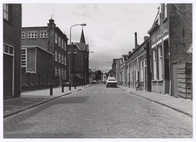 018174 - Elzenstraat, bezien vanaf de Noordhoekring. Links de lagere school