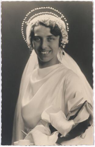 005003 - Bruidsfoto van Guusje BLOMMAERT (1905), lerares piano en dans, die in 1935 trouwde met dansdocent en dansschoolhouder Ad van Kruisselberge.