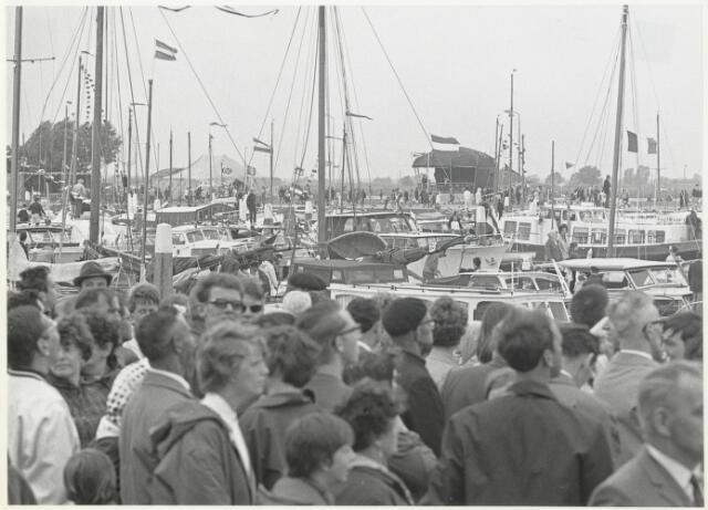 91683 - Made en Drimmelen.  Het publiek op de kade van de nieuwe jachthaven tijdens de officiële opening van de Jachthaven De Biesbosch. .