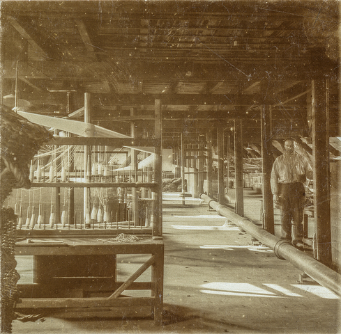 653480 - Textielfabriek Gebroeders Diepen. Kettingscheerderij. Handmolen  (Origineel is een stereofoto.)