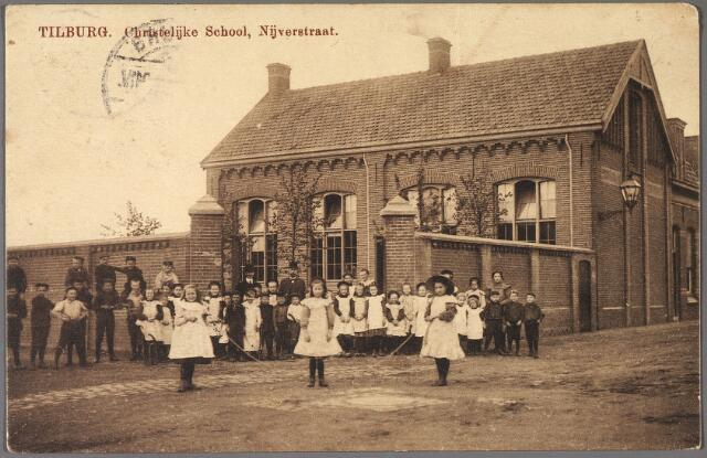 011045 - Basisonderwijs. School met de bijbel aan de Nijverstraat. In 1920 zaten op deze school 39 jongens en 35 meisjes. J. Bokhout (1864-) was toen hoofd van de school.