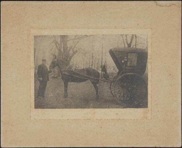 604088 - Cornelis van Rooij werd geboren te Dongen op 27 december 1838 als zoon van Antonie van Rooij en Johanna Loonen. Hij huwde op 11 mei 1871 te Tilburg met  Maria Cornelia Paijmans (1844-1900). Cornelis van Rooij overleed op 20 april 1907 te Tilburg. Hij was bakker van beroep en woonde aan de Hasseltstraat te Tilburg. Bakker van Rooij houdt zijn paard (en span) aan de leidsels vast.