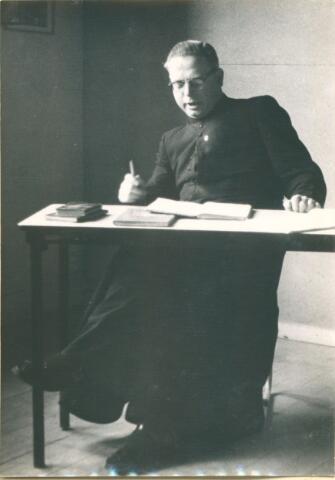 650053 - Odulphus. Verhoeven. Odulphus. Dhr. Clemens Gerris, moderator en leraar godsdienst,  Sint Odulphuslyceum (1961-62) In de aula van het St. Odulphuslyceum, ingericht met noodlokalen. schooljaar 1961-62