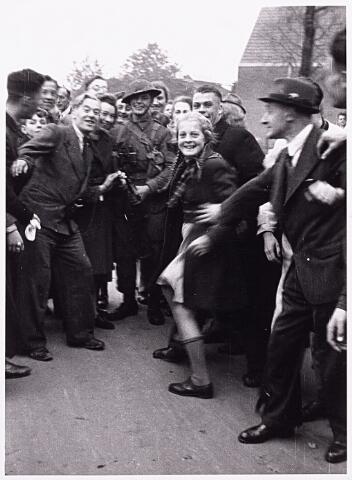 013262 - WO2 ; WOII ; Tweede Wereldoorlog. Bevrijding. Een jonge Cameronian wordt op de hoek van de Enschotsestraat en de Ringbaan-Oost hartelijk ontvangen door dolblije Tilburgers