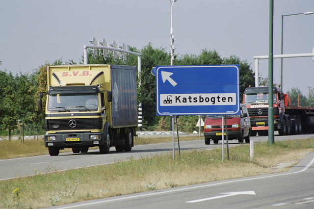 TLB023000918_001 - Vrachtwagens rijden ter hoogte van de afslag naar industrieterrein De Katsbogten.